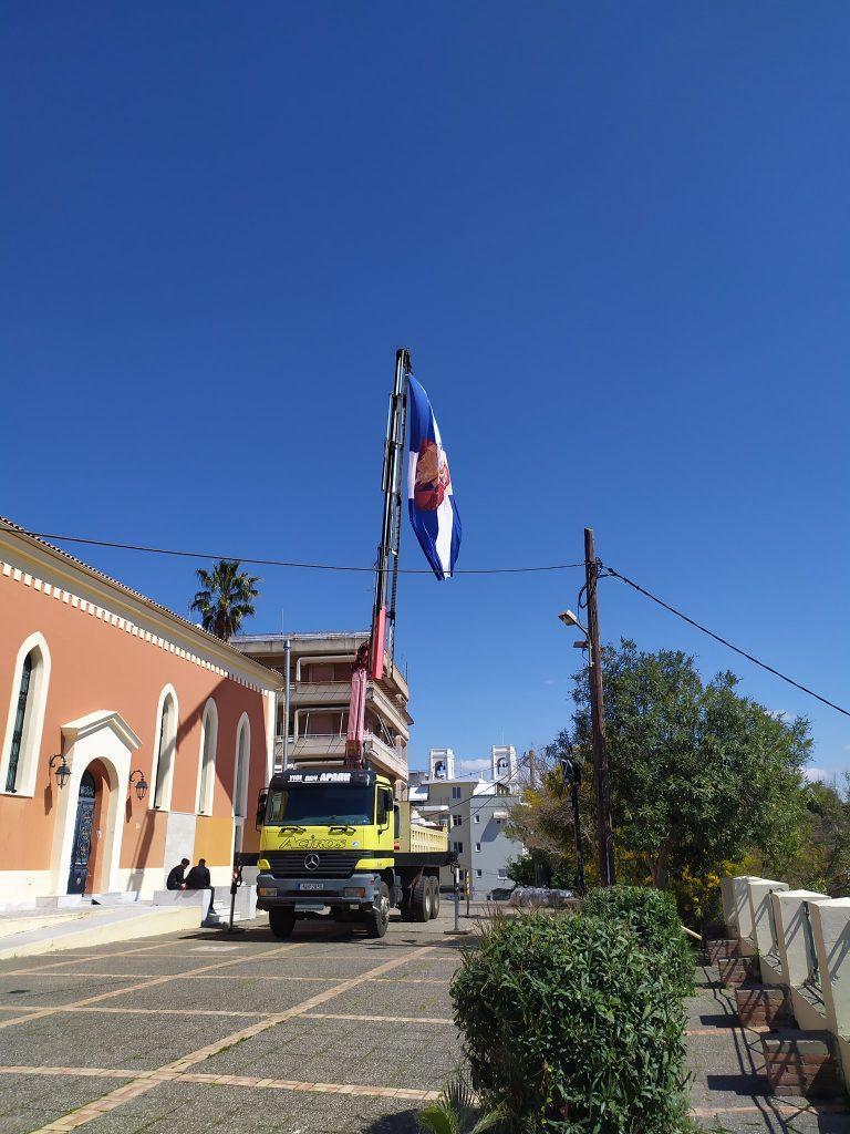Πύργος: Mεγάλη Ελληνική σημαία κυματίζει στο λόφο της Αγίας Κυριακής (photos)